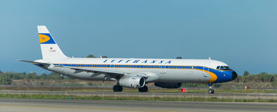 Lufthansa tappning på landningsbanan Arkivfoton