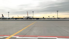 Lufthansa-vliegtuig in de Luchthaventarmac van Frankfurt stock footage