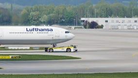 Lufthansa-vliegtuig die taxi op baan in de Luchthaven van München, MUC doen stock videobeelden