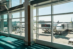Lufthansa-Vliegtuig die in Vancouver, CA inschepen stock foto's