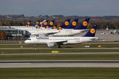 Lufthansa-Vliegtuigen bij de Luchthaven van München stock afbeelding
