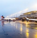 Lufthansa-Vliegtuigen bij de poort in Terminal 2 in Hamburg Royalty-vrije Stock Foto's