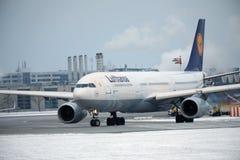 Lufthansa voyagent en jet faisant le taxi dans l'aéroport de Munchen Photographie stock libre de droits