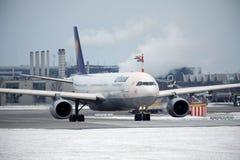 Lufthansa voyagent en jet faisant le taxi dans l'aéroport de Munchen Photographie stock