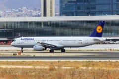 Lufthansa voyagent en jet le roulement sur le sol Photographie stock libre de droits