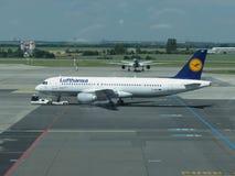 Lufthansluchtbus A320-200 in Praag Stock Afbeelding