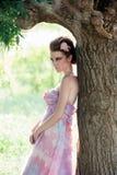 luftig klänning nära rosa treekvinna Royaltyfri Bild
