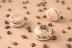 Luftigt och läckert chokladkaffe och borggårdar Macarons Royaltyfri Bild