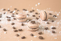 Luftigt och läckert chokladkaffe och borggårdar Macarons Arkivfoto