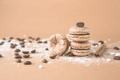 Luftigt och läckert chokladkaffe och borggårdar Macarons Arkivbilder