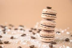 Luftigt och läckert chokladkaffe och borggårdar Macarons Arkivfoton