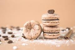 Luftigt och läckert chokladkaffe och borggårdar Macarons Royaltyfri Foto