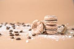 Luftigt och läckert chokladkaffe och borggårdar Macarons Fotografering för Bildbyråer