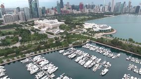 Luftküstenlinienansicht des Michigansees in Chicago, Illinois stock footage