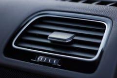 Luftkanaler, deflektorpanel med strömbrytaren i bilen Bilvillkor fotografering för bildbyråer