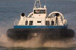 Luftkissenfahrzeug auf blauem Meer Lizenzfreies Stockbild