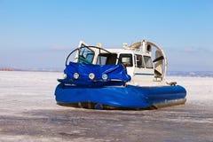 Luftkissenfahrzeug auf dem Eis der gefrorenen Wolgas im Samara Lizenzfreies Stockfoto