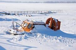 Luftkissenfahrzeug auf dem Eis der gefrorenen Wolgas im Samara Lizenzfreie Stockfotos