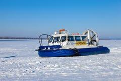 Luftkissenfahrzeug auf dem Eis der gefrorenen Wolgas im Samara Stockfotografie