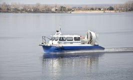 Luftkissenfahrzeug auf dem Wasser Lizenzfreies Stockfoto
