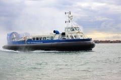 Luftkissenfahrzeug, das nach Portsmouth zurückgeht Lizenzfreies Stockfoto