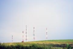 Luftkommunikationsantennen installiert in Natur Stockfotos