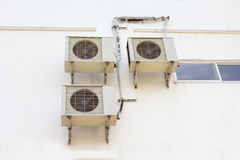 Luftkompressor som hänger på väggen arkivbilder