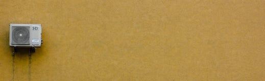 Luftkonditioneringsapparat i gul vägg arkivfoto