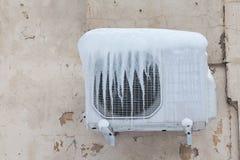 Luftkonditioneringsapparat med djupfryst is och istappar Kyla kall begreppsbild åldrig bakgrundsvägg Royaltyfria Bilder