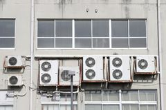 Luftkonditioneringsapparater på väggen Royaltyfri Bild