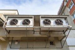 Luftkonditioneringsapparater på väggen arkivfoto