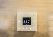 Luftkonditioneringsapparatinställningsmaskin i sovrummet Fotografering för Bildbyråer