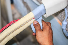 Luftkonditioneringsapparatinstallationsprocess Arkivbild