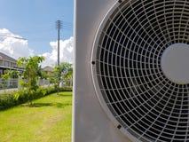Luftkonditioneringsapparatkompressor på bakgrund för blå himmel, säsong av sommar arkivbilder