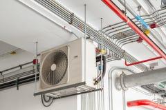 Luftkonditioneringsapparatkompressor som installeras och hängs på takväggen Royaltyfri Bild