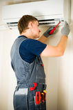 luftkonditioneringsapparatmanreparation royaltyfri foto