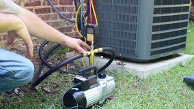 Luftkonditioneringsapparatunderhåll, kompressorkondensatorspole stock video