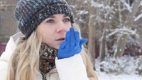 Luftkyss i snövinter stock video