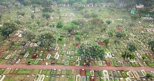 Luftlandschaft des Kirchhofparks oder -Friedhofs stock video footage