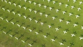 Luftlandschaft des niederländischen Kriegsfriedhofs stock video footage
