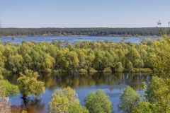 Luftlandschaftsansicht über Desna-Fluss mit überschwemmten Wiesen und Feldern Ansicht von der hohen Bank auf jährlichem Frühlings Stockfoto