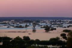 Luftlandschaftssonnenuntergangansicht über Desna-Fluss mit überschwemmten Wiesen und Feldern Ansicht von der hohen Bank auf jährl Lizenzfreie Stockfotos