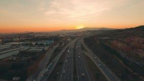 Luftlandstraße bei Sonnenuntergang vom Brummen stock footage