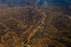 Luftlandwirtschaftslandschaft mit Fluss und Bauernhöfen über China Lizenzfreie Stockfotografie