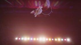 Luftleistung des Frauenturners im Zirkus stock footage