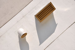 Luftloch und Schatten auf Wand Stockfotos