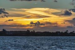 Luftmålning under solnedgång med contrails ovanför sjöZoetermeerse Plas, Nederländerna royaltyfria foton