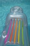Luftmatraze, die in Pool schwimmt Stockfoto