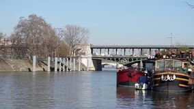 Luftmetro, die Brücke Bir Hakeim - Paris kreuzt stock footage
