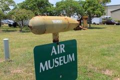Luftmuseumszeichen und -bombe stockfotografie